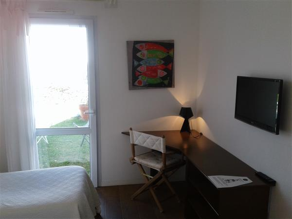 chambre twin aux volets jaunes chambres de l 39 h tel port joinville proche de l 39 embarcad re. Black Bedroom Furniture Sets. Home Design Ideas