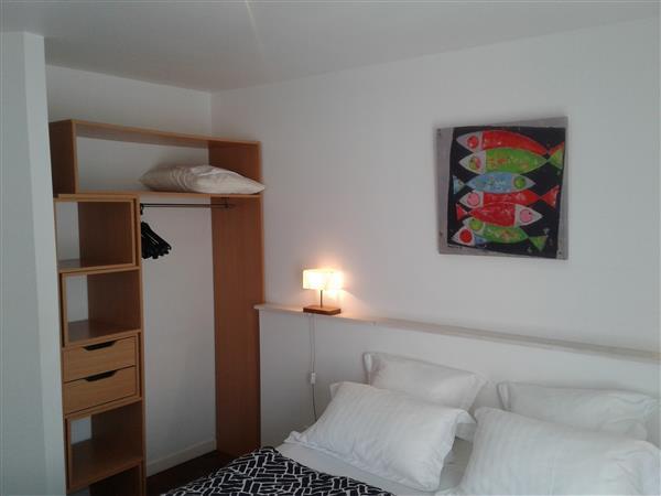 chambre double aux volets gris chambres de l 39 h tel port joinville proche de l 39 embarcad re. Black Bedroom Furniture Sets. Home Design Ideas